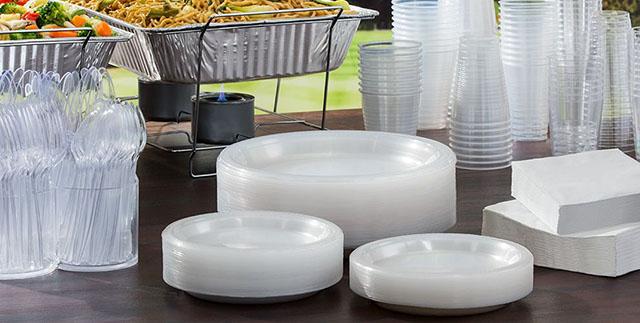 copos, pratos e talheres descartáveis